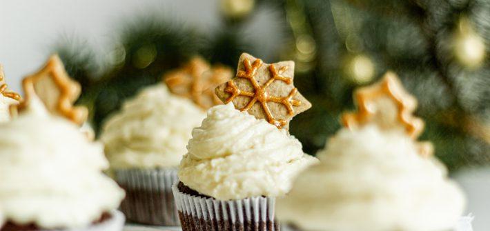 muffiny-na-vianoce-s-medovnikmi-a-mascarpone-kremom-s-varenym-vinom