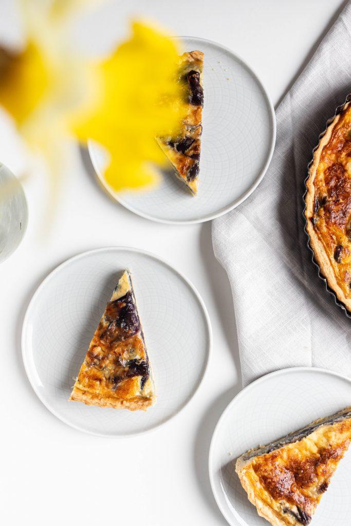 francúzsky-slany-kolac-s-karamelizovanou-cibulou-syrom-cheddar-tymianom-a-narcis