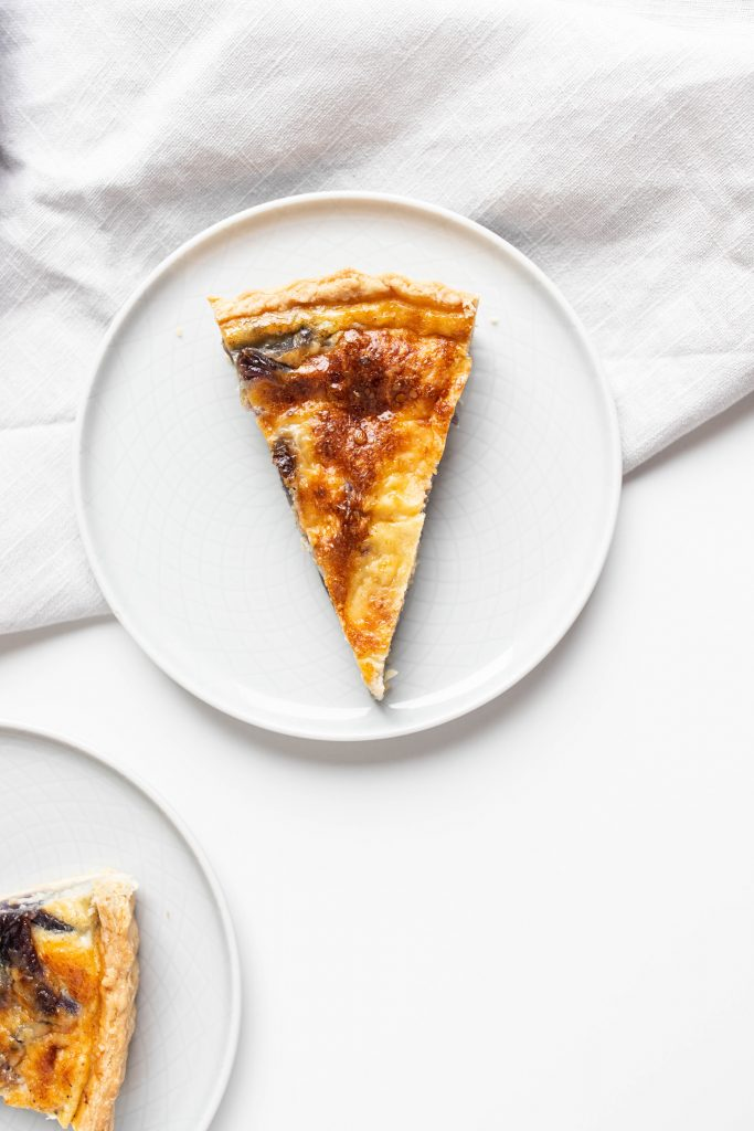 francúzsky-slany-kolac-s-karamelizovanou-cibulou-syrom-cheddar-tymianom