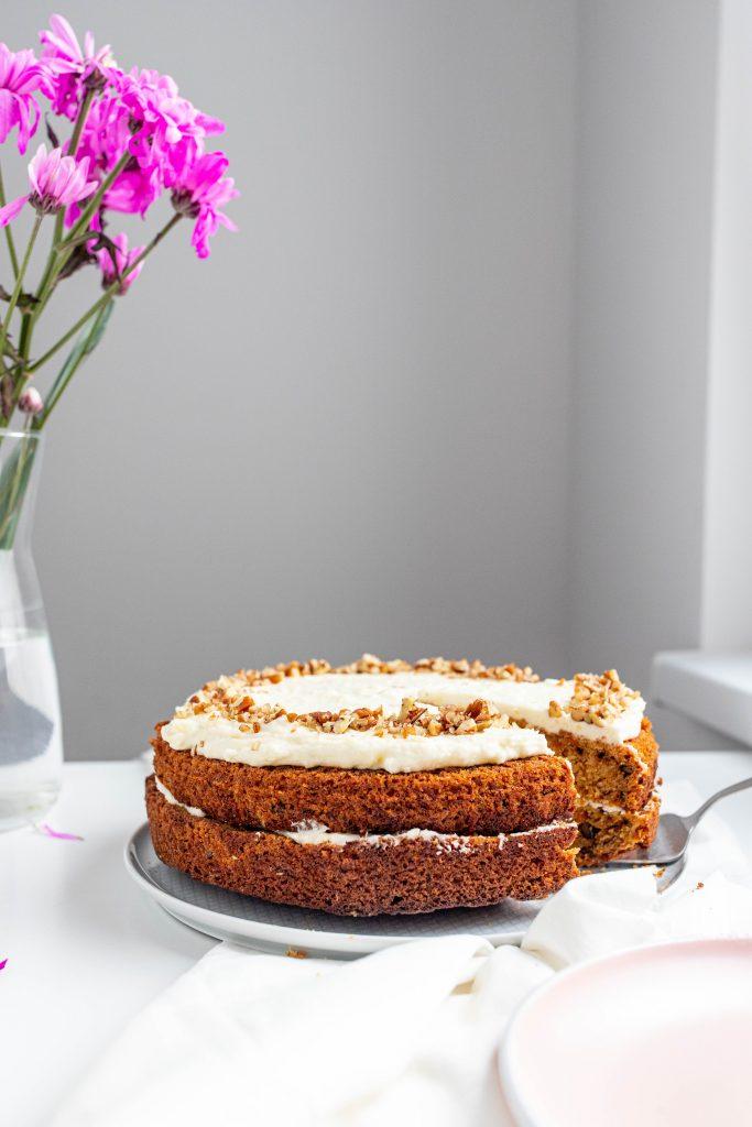 šťavnatá-mrkvová-torta-s-cream-cheese-krémom-a-praženými-orechmi