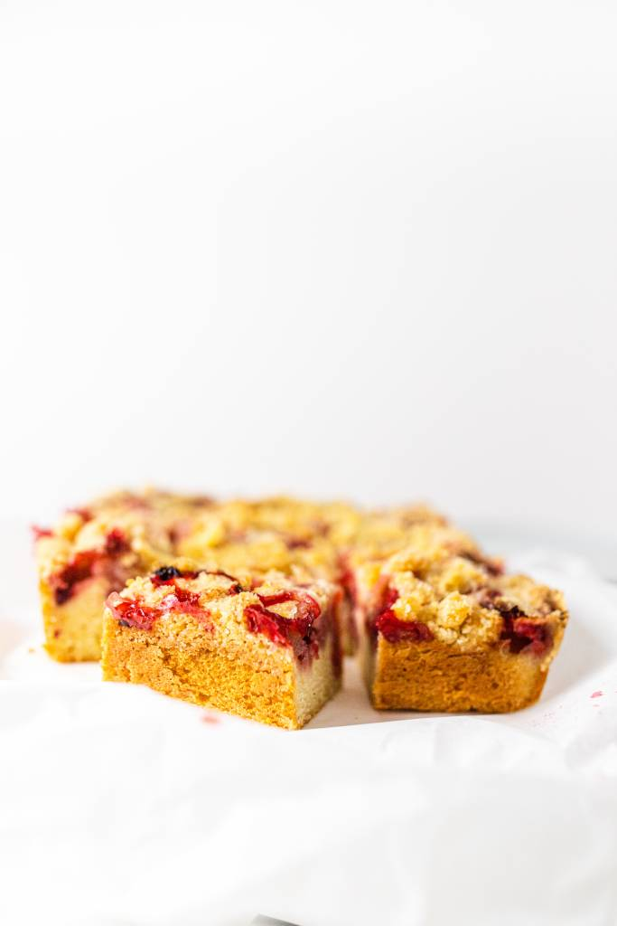 jahodový-koláč-s-mrvenicou