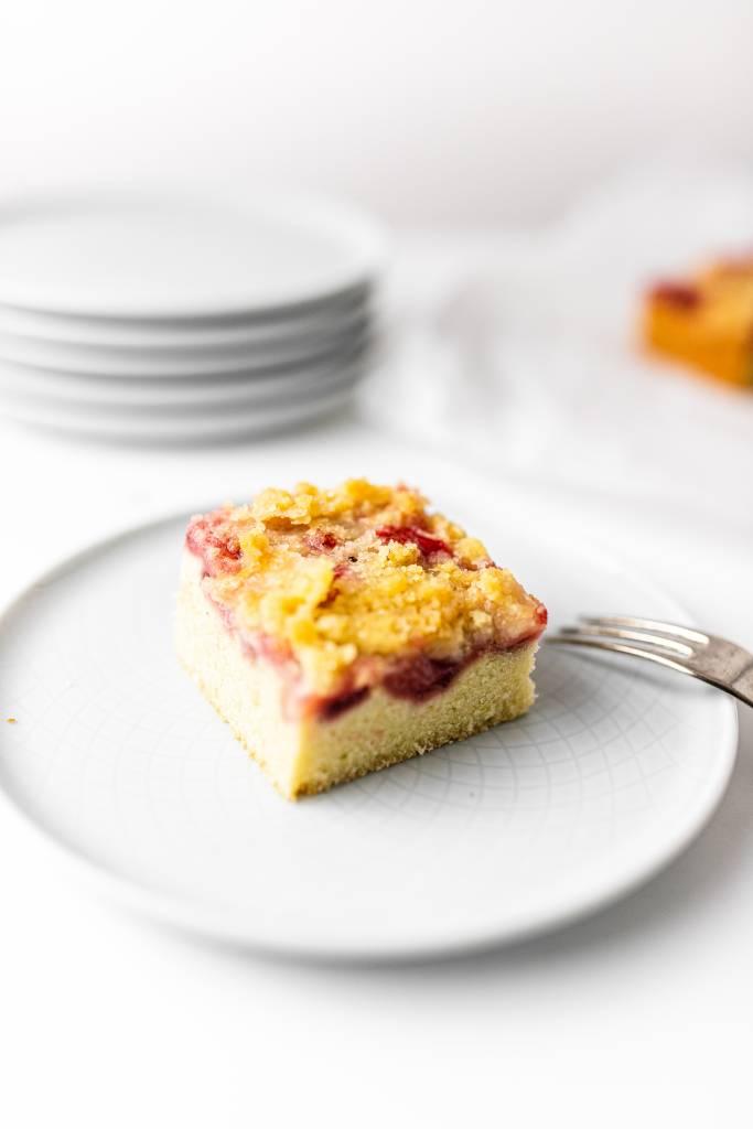 ocovný-koláč-s-posýpkou-a-jahodami