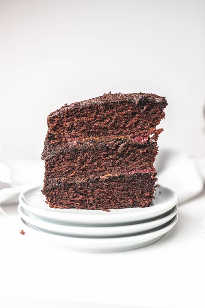 narodeninova-cokoládová-torta-s-malinami-a-slanym-karamelom