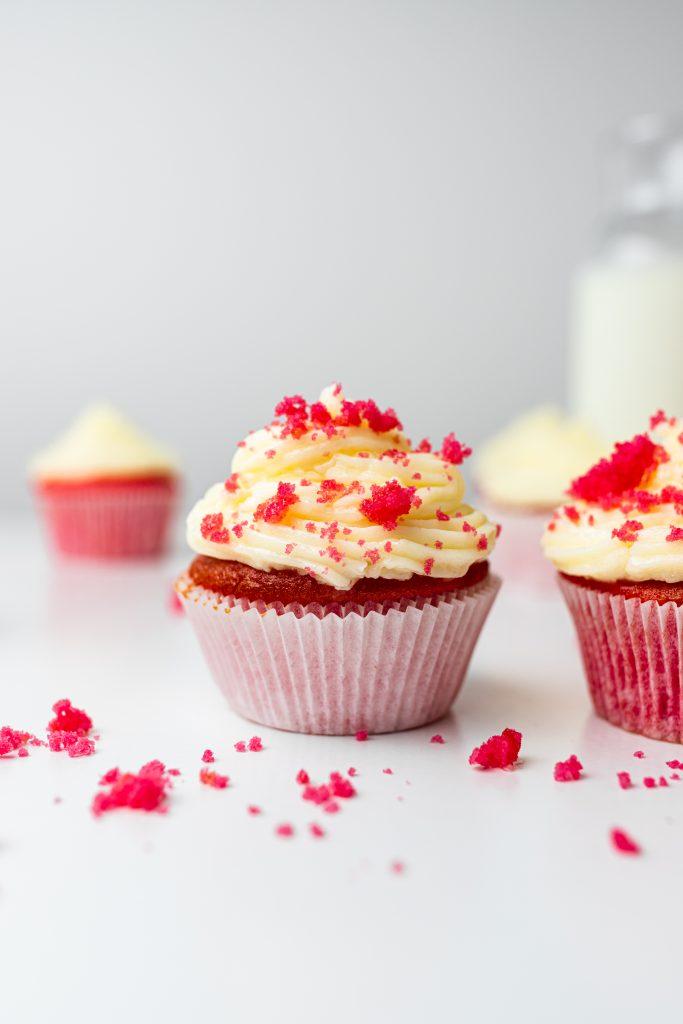 červené-cupcakes-s-cream-cheese-kremom