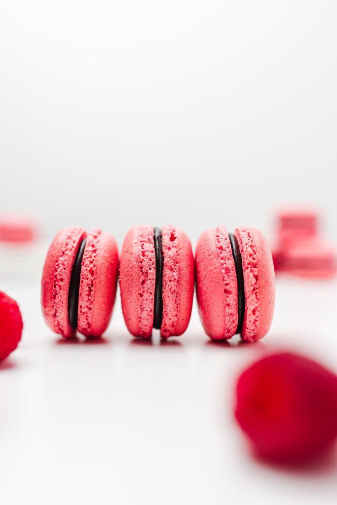malinove-makronky-s-cokoladovou-plnkou