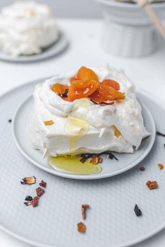 mini-torta-s-medom-a-ovocim
