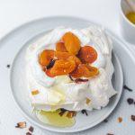 mini-pavlova-torta-so-susenym-ovocim-a-medom